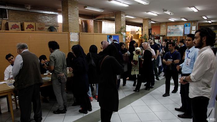 تصویر حوزه اخذ رای در مسجد الجواد در انتخابات ریاست جمهوری سال ۱۳۹۶ را نشان میدهد.