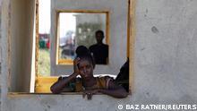 "*** Dieses Bild ist fertig zugeschnitten als Social Media Snack (für Facebook, Twitter, Instagram) im Tableau zu finden: Fach ""Images"" *** An Ethiopian woman stands at a window of a temporary shelter at the Village 8 refugee transit camp, which houses refugees fleeing the fighting in Ethiopia?s Tigray region, near the Sudan-Ethiopia border, Sudan, December 2, 2020. Picture taken December 2, 2020. REUTERS/Baz Ratner"