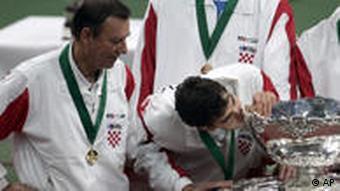 Pilić s hrvatskom Davis Cup reprezentacijom nakon osvajanja Kupa 2005.