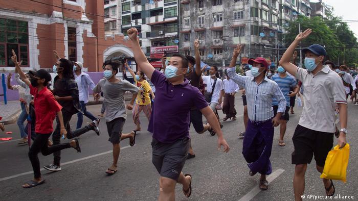 为避免逮捕和暴力,就像在仰光这里一样,反对派现在越来越多地举行快闪行动