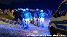 18/06/2021 Behelmte Polizisten laufen begleitet von einem Mannschaftswagen in Richtung der Menschen auf der Stadtpark-Wiese. Die Polizei hat eine Party mit rund 3000 Menschen im Hamburger Stadtpark aufgelöst. (zu dpa: «Polizei räumt Party von 3000 Menschen im Hamburger Stadtpark») +++ dpa-Bildfunk +++