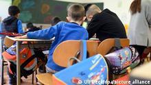 ARCHIV Februar 2020 *** Im Lernfreunde-Haus nehmen Flüchtlingskinder an einer Unterrichtsstunde teil. Es handelt sich dabei um eine schulvorbereitende Bildungseinrichtung für Kinder zwischen 5 und 17 Jahren, die aus Flüchtlingsfamilien kommen. (zu dpa: «Lernfreunde-Haus braucht Hilfe für Arbeit mit Flüchtlingskindern») +++ dpa-Bildfunk +++