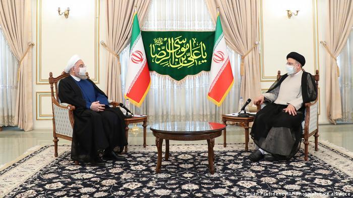 Чинний президент Ірану Хасан Роухані (ліворуч) та новообраний президент країни Ібрагім Раісі під час зустрічі у Тегерані 19 червня