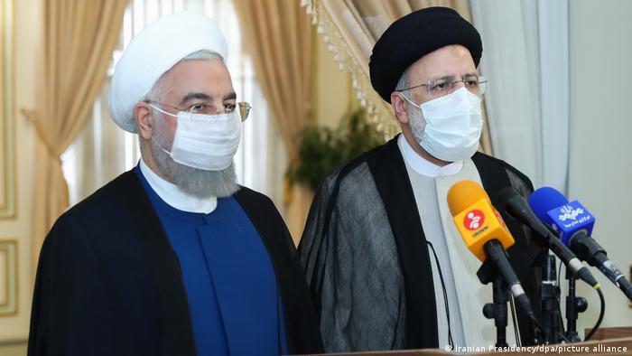 Der scheidende iranische Präsident Hassan Rouhani (links) und Ebrahim Raisi