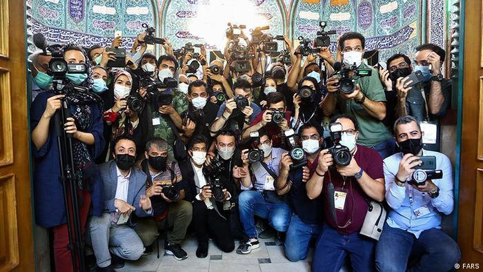 آنچه در این تصویر دیده میشود فقط مربوط به پوشش رسانهای انتخابات ریاست جمهوری سال ۱۴۰۰ در حوزه اخذ رای حسینیه ارشاد است.