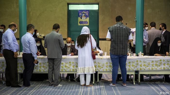 اخذ رای در حسینیه جماران. زمانی بنیانگذار جمهوری اسلامی در این حسینیه سخنرانی میکرد.