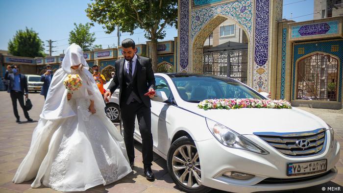 حضور عروس و داماد کرجی در حوزه اخذ رای