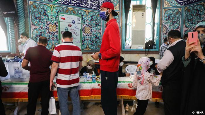 حوزه اخذ رای حسینیه ارشاد در ساعات پایانی