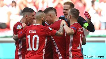 Футболисты сборной Венгрии празднуют забитый мяч в поединке с французами, 19 июня