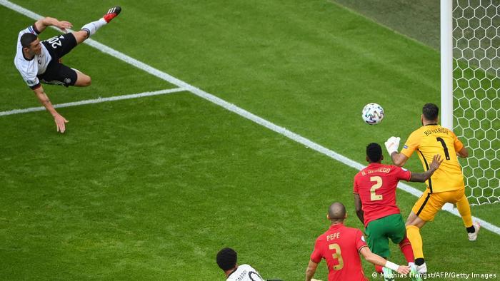 تیم آلمان در دقیقه پنجم بازی توانست توسط روبین گوسنس (چپ)، مدافع خود توپ را در پی حملهای زیبا درون پرتغال جای دهد، اما داور سوت آفساید زد و این حمله در نهایت بیثمر ماند.