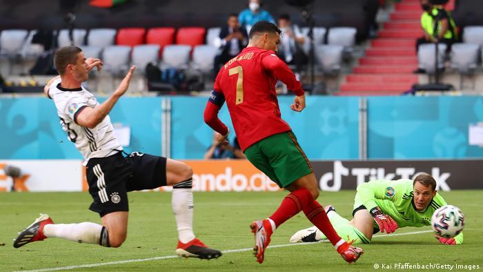 آلمان پس از این حمله ناموفق فشار بر پرتغال را تشدید کرد و به چند موقعیت نیز دست یافت، اما این پرتغال بود که توانست گل اول بازی را به ثمر ساند. پرتغالیها پس از دفع یکی از ضربات کرنر آلمان دست به ضدحمله زدند. کریستیانو رونالدو (شماره ۷)، کاپیتان پرتغال پس از دریافت پاسی دقیق از دیئگو ژوتا توپ را وارد دروازه آلمان کرد تا تیمش یک بر صفر از آلمان پیشی بگیرد.