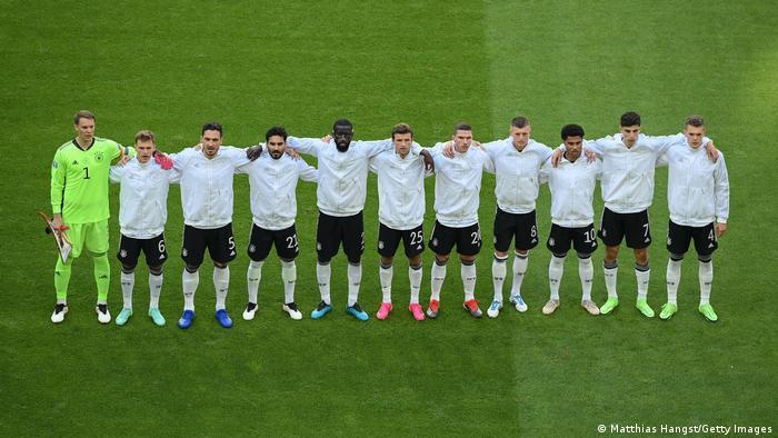 ملیپوشان آلمان با توجه به شکست یک بر صفر مقابل فرانسه در اولین دیدار خود زیر فشار قرار داشتند. تصویری از صفآرایی تیم ملی آلمان.