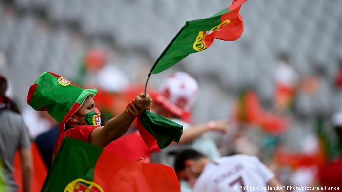 هواداران تیم ملی فوتبال پرتغال نیز بخشهایی از ورزشگاه آلیانتس مونیخ را به خود اختصاص داده بودند.