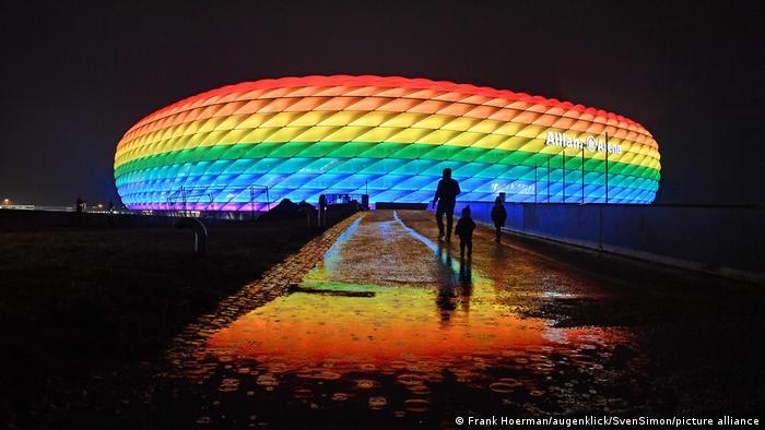 Fußball | Allianz Arena in Regenbogenfarben