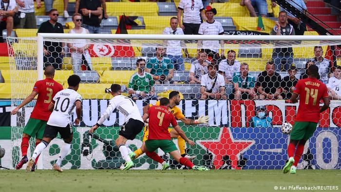 پس از گل پرتغال بازی هیجان تازهای گرفت و هم تیم آلمان در تلاش جبران گل بود و هم پرتغال در کمین ضدحمله برای دستیابی به گل دوم. در دقیقه ۳۵ بازی ملیپوشان آلمان سرانجام توانستند تلاشهای خود را به نتیجه برسانند. روبن دیاز (شماره ۴)، مدافع پرتغال سانتر تیزی را که روانه محوطه جریمه شده بود، نتوانست خوب دفع کند و ضربه او درون دروازه خودی جای گرفت.