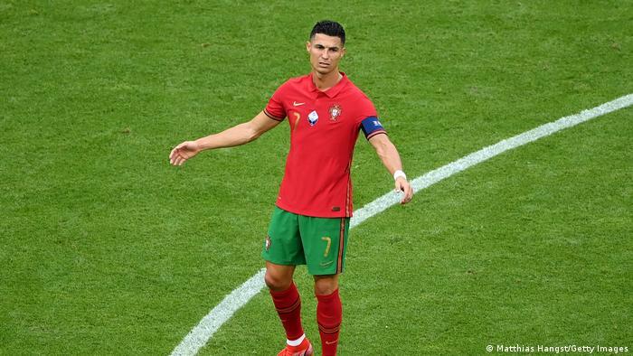 پرتغال پس از گل سوم آلمان کوشید آلمان را زیر فشار بگذارد، اما نتوانست انسجام دفاعی حریف را بشکند. تصویری از ناخشنودی کریستیانو رونالدو، ستاره و کاپیتان ملی پرتغال از حملات ناموفق تیمش.