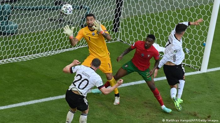 حملات تیم آلمان بهرغم دستیابی به گل سوم ادامه یافت. روبین گوسنس (شماره ۲۰) در دقیقه ۶۰ در پی دریافت سانتری دقیق توپ را با ضربه سر وارد دروازه پرتغال کرد تا تیمش ۴ بر یک جلو بیفتد.