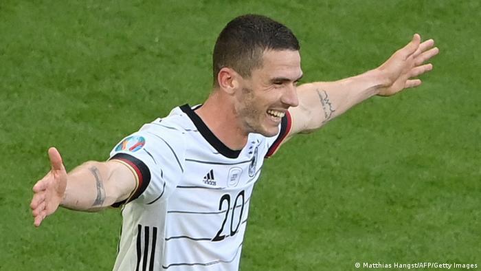 شادی روبین گوسنس، ملیپوش جوان آلمان از به ثمر رساندن گل چهارم آلمان مقابل پرتغال. او که در باشگاه آتلانتا برگامو در لیگ ایتالیا توپ میزند، هم مانعی بر حملات پرتغال بود و هم خود با بازی تهاجمیاش نقش مهمی در حملات تیمش داشت.