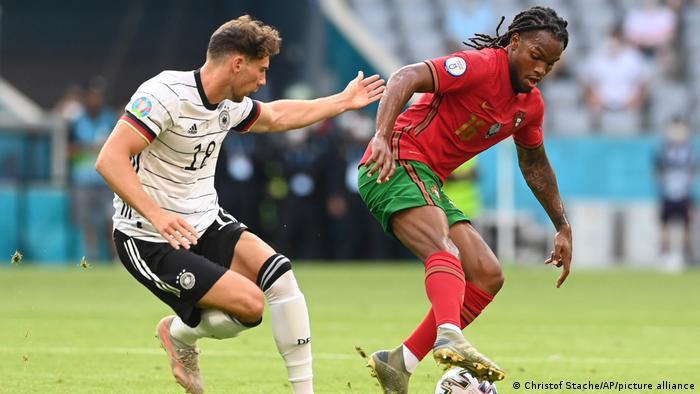 Leon Goretzka fights for possession against Renato Sanches