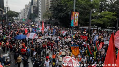 Brasilien | Demonstranten protestieren gegen den brasilianischen Präsidenten Jair Bolsonaro