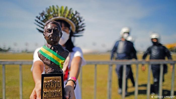 Na juče održanim protestima u Brazilu opozicione stranke i grupe građana izrazile su svoje nezadovoljstvo kako predsjednik Bolsonaro rješava problem pandemije. Jedan od aktivista mu je čak donio i nagradu za genocid. Do sada je u ovoj zemlji od kovida umrlo preko pola miliona ljudi.