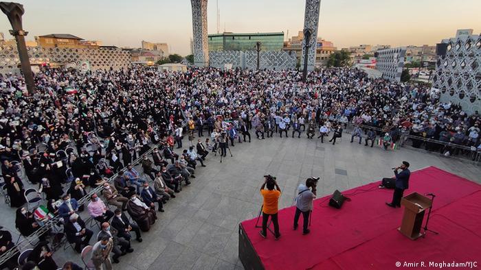 نتیجه انتخابات از پیش مشخص بود و برای جشن پیروزی از پیش تدارک دیده بودند. اینجا میدان امام حسین تهران است. سن سخنرانی، عکاس و فیلمبردار، گروه کر، بساط شربت و شیرینی و گل همه به سرعت فراهم شد.