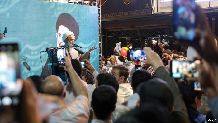 اینجا منبری خیابانی است در مشهد در ابراز خشنودی از روی کار آمدن چهرهای که به جنایت علیه بشریت متهم است. دبیر کل سازمان عفو بینالملل از شورای حقوق بشر سازمان ملل خواسته که کارنامه ابراهیم رئیسی در اعدامهای دهه شصت را بررسی کند.