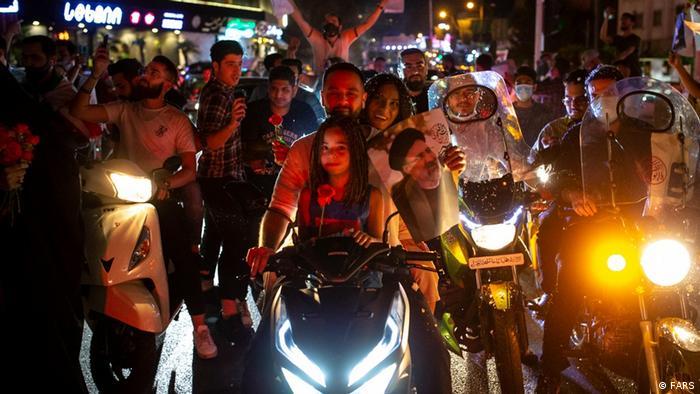 شادمانی به وقت شام و موتورسواری خانوادگی در کاروان رئیسی. مردمی که اجازه نشاط، تفریح و پایکوبی در اجتماعات را ندارند، در جشنی مجاز، فرصت نفس کشیدن پیدا کردهاند.