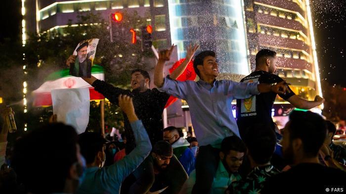 میزان مشارکت در پایتخت ۲۶ درصد اعلام شده و به بیان دیگر از هر ۴ تهرانی تنها یک نفر رای داده است. شامگاه شنبه اما کارناوال طرب در میدان ولیعصر تهران به پاس پیروزی رئیسی برپا شد.؛ بساطی همراه با بالا رفتن از سر و کول یکدیگر.