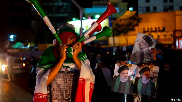 میزان مشارکت در انتخابات ۱۴۰۰ از همه ادوار پیشین کمتر بود و تمهیدی چون تمدید سه باره مهلت رایگیری، به نرخ مطلوب ۵۰درصدی منجر نشد. این یک شکست بود، اما مدافعان رئیسی قافلههایی از مردم را برای پایکوبی روانه خیابانها کردند. اینجا بوق و کرنا در میدان ولیعصر تهران.