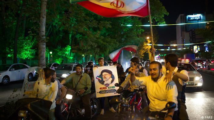 پلیس راهور منع تردد شبانه در شهرهای قرمز را که تنها برای انتخابات لغو شده، بود، روز شنبه نیز نادیده گرفت تا مانعی بر سر جشن مکانیزه و خیابانی حامیان رئیسی نباشد. شادمانی و هلهله موتورسواران حزباللهی در خیابانهای تهران.