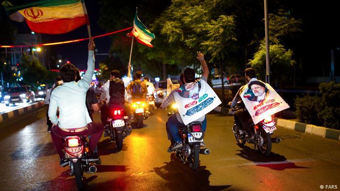مارش شامگاهی موتورسواران حزباللهی در تهران در شادمانی از پروژه یکدست سازی. سخنگوی وزارت خارجه آمریکا از این که ایرانیها از حق خود برای انتخاباتی آزاد و عادلانه محروم بودند، ابراز تاسف کرده است.