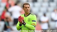 Manuel Neuer veste braçadeira de capitão com as cores da bandeira LGBTQIA+