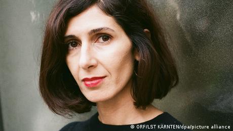 Die Autorin Nava Ebrahimi schaut in die Kamera