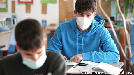 Deutschland | Coronavirus | Schüler mit FFP2 Masken