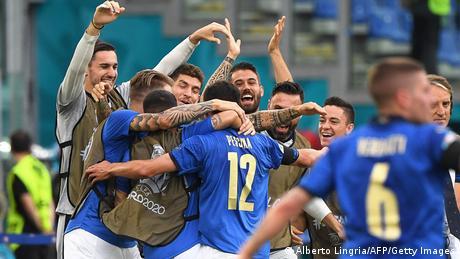 La joie des joueurs italiens après le but de Pessina