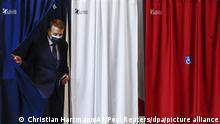 Emmanuel Macron, Präsident von Frankreich, verlässt eine Wahlkabine während der ersten Runde der Regionalwahlen. In Frankreich hat die erste Runde der Regionalwahlen begonnen. Die Regionalwahlen sind die letzte landesweite Entscheidung vor der französischen Präsidentschaftswahl im kommenden Frühjahr und gelten auch als Stimmungstest. +++ dpa-Bildfunk +++