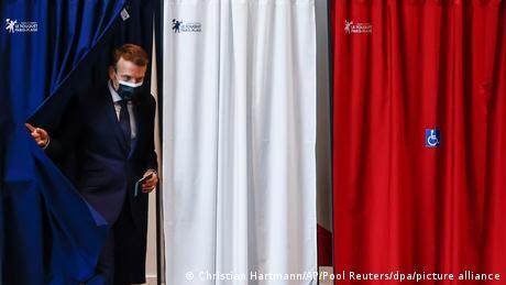 الرئيس الفرنسي إيمانويل ماكرون وهو يدلي بصوته في الانتخابات المحلية (20 يونيو/ حزيران 2021)