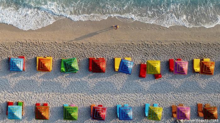Plaže na kojima ljudi ne sede jedni drugima na glavama... to je pre pandemije bila retkost. Ovo je plaža u Dermiju, na jugu Albanije. Iznad je tradicionalno selo u brdima, teško pristupačno. Samo četrdesetak kilometara južnije je Krf, a šezdesetak kilometara na zapad štikla Apeninskog poluostrva.