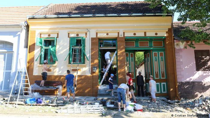 Voluntarii renovează fațada unei case construite în urmă cu mai bine de un secol în satul Ilidia