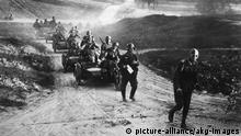 Russlandfeldzug/dt.Kradschuetzen,Juni 1941 2. Weltkrieg / Russlandfeldzug 1941/42: Deutscher Ueberraschungsangriff auf die UdSSR am 22. Juni 1941 (Unternehmen Barbarossa). - Kradschuetzenspitze der Wehrmacht passiert die russische Grenze.- Foto (Moosdorf), Juni 1941.