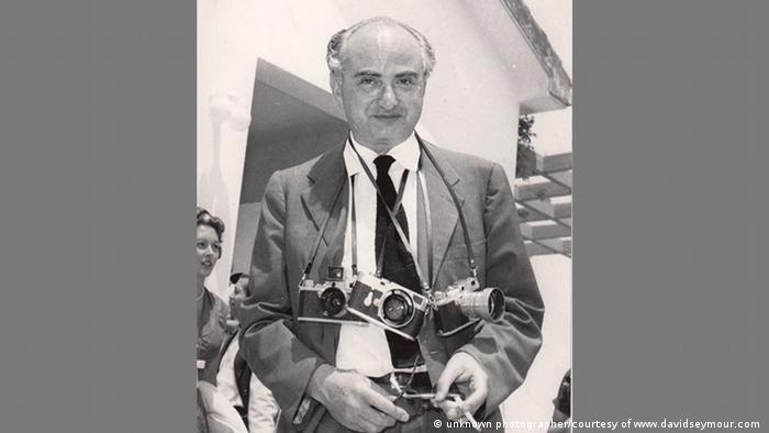 David Seymour Anfang der 1950er-Jahre, ihm hängen mehrere Kameras um den Hals