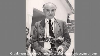 Fotografen David Seymour Anfang der 1950er-Jahre, ihm hängen mehrere Kameras um den Hals