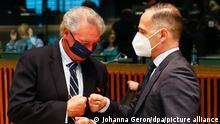 Heiko Maas (r, SPD), Außenminister von Deutschland, und Jean Asselborn, Außenminister von Luxemburg, begrüßen sich bei einem Treffen der Außenminister der EU im Gebäude des Europäischen Rates. Die EU-Außenminister sollen bei dem Treffen unter anderem den formellen Beschluss für ein neues Sanktionspaket gegen Unterstützer des belarussischen Staatschefs Lukaschenko fassen. +++ dpa-Bildfunk +++