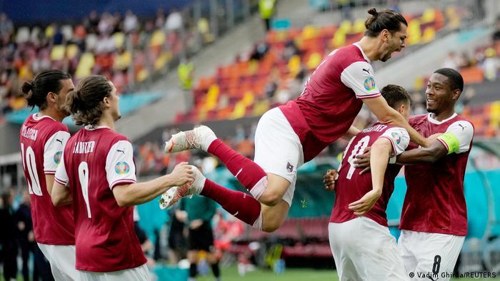Игроки сборной Австрии празднуют победный гол в матче с Украиной на Евро-2020