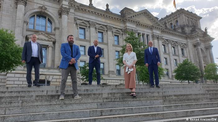 Poslanici i rukovodstvo SOG, Josip Juratović, Manuel Saracin i Petar Bajer s dobitnicima nagrade ispred Bundestaga
