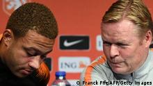 Netherlands' forward Memphis Depay (L) speaks with Netherlands' head coach Ronald Koeman (R) during a press conference at the Stade de France stadium in Saint-Denis, northern of Paris, on September 8, 2018 on the eve of the UEFA Nations League football match against France. (Photo by Franck FIFE / AFP) (Photo credit should read FRANCK FIFE/AFP via Getty Images)