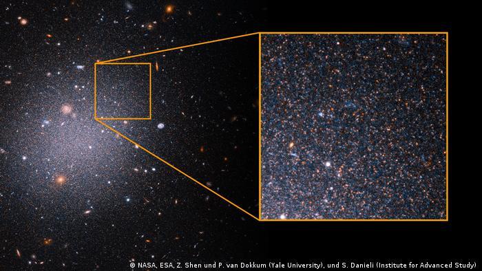 Esta imagen del telescopio espacial Hubble ofrece una muestra de estrellas rojas envejecidas en la galaxia ultradifusa NGC 1052-DF2, o DF2. La galaxia sigue desconcertando a los astrónomos porque carece de materia oscura, una forma invisible de materia que proporciona el pegamento gravitacional que mantiene unidas las galaxias.