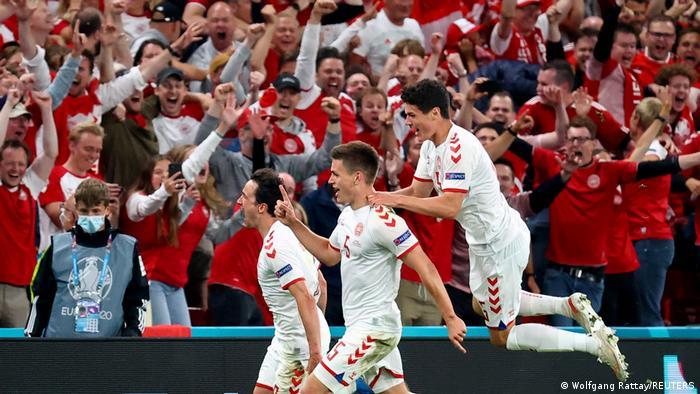 لاعبو الدنمارك يحتفلون أمام الجمهور بالتأهل إلى الدور الستة عشر من بطولة أمم أوروبا