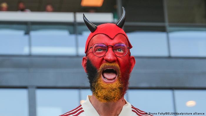 این مرد هم طرفدار تیم بلژیک است. بازیکنان تیم بلژیک به نام شیاطین سرخ معروف هستند.
